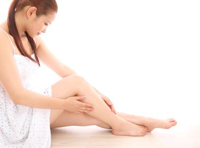 足を触る若い女性